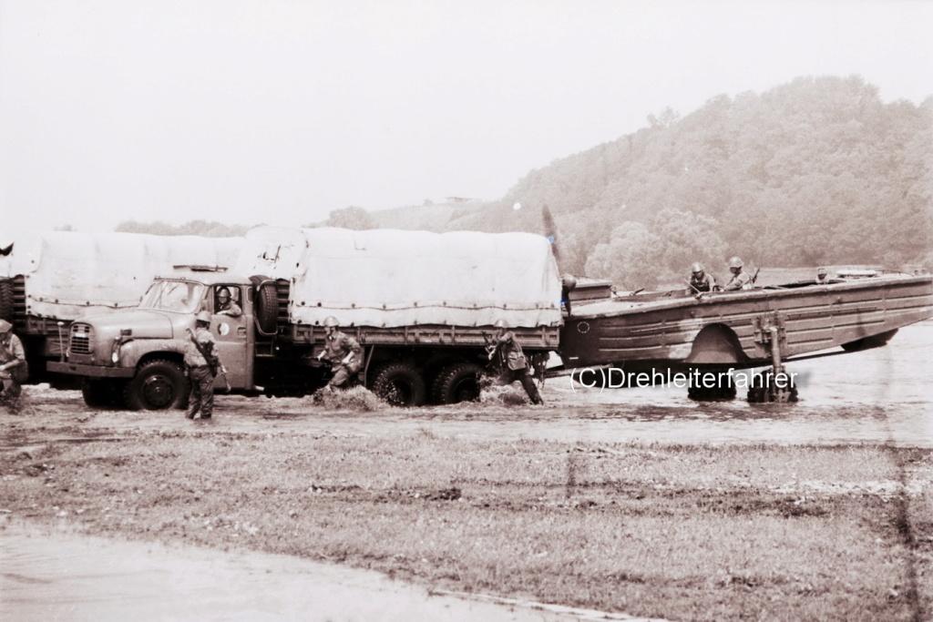 Tatra 148 mit Bugsierboot