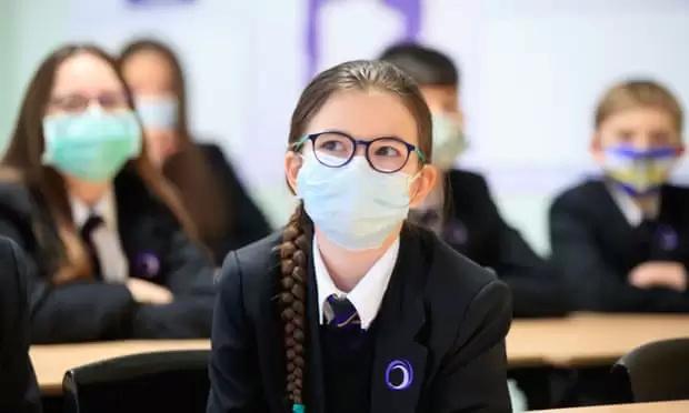 نقابات التعليم ببريطانيا تطالب بفرض تدابير أمان إضافية في المدارس بعد تزايد حالات كورونا 3500-210