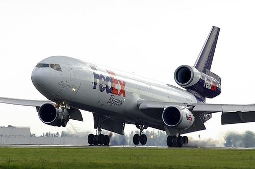 Un avion cargo FedEx s'écrase près de Tokyo 53767910
