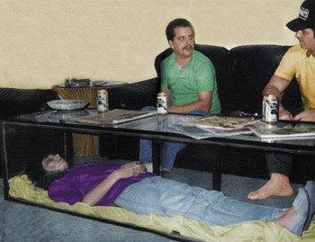 Jeff green garde sa femme dans un cercueil en verre dans son salon 24347810