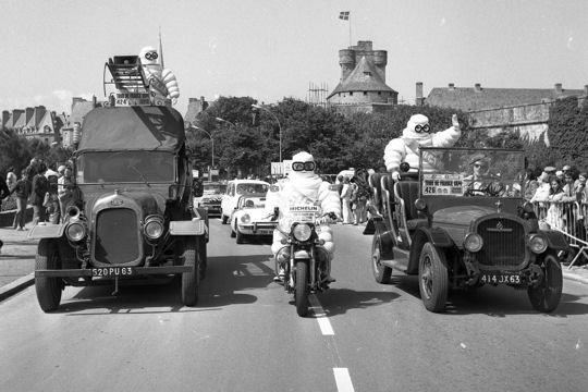 Les véhicules de la Caravane du Tour de France 1950's & 1960's - Page 3 Bonhom10