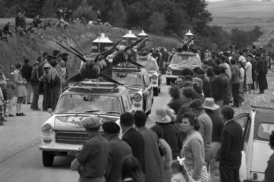 Les véhicules de la Caravane du Tour de France 1950's & 1960's - Page 3 Catch-10