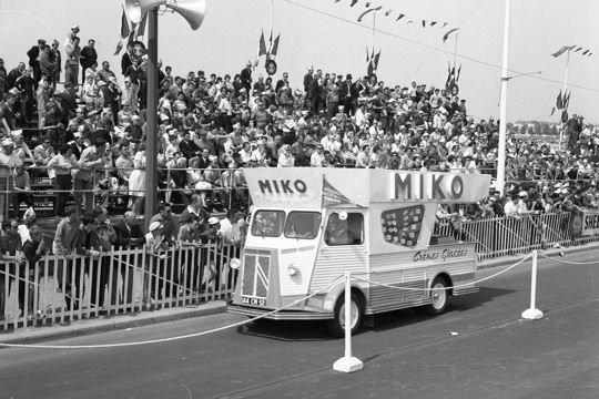 Les véhicules de la Caravane du Tour de France 1950's & 1960's - Page 3 Marcha10