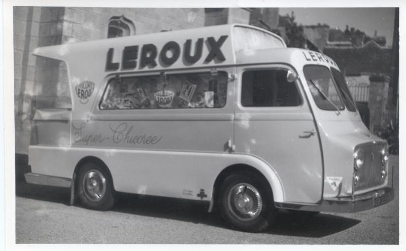 Les véhicules de la Caravane du Tour de France 1950's & 1960's - Page 2 Peugeo10