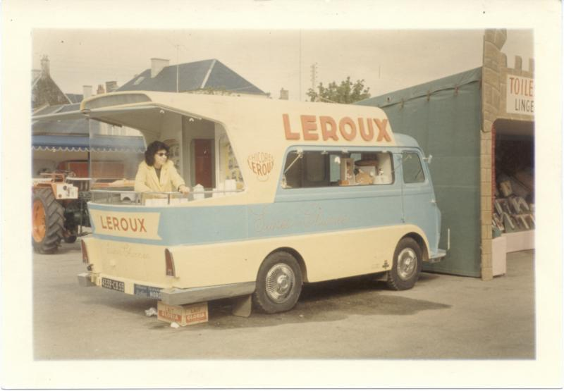 Les véhicules de la Caravane du Tour de France 1950's & 1960's - Page 2 Peugeo11