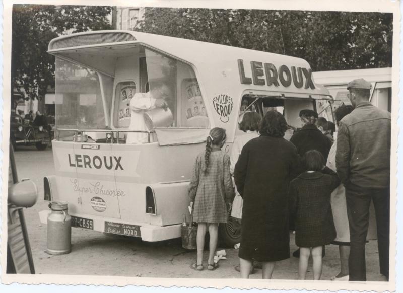 Les véhicules de la Caravane du Tour de France 1950's & 1960's - Page 2 Peugeo12
