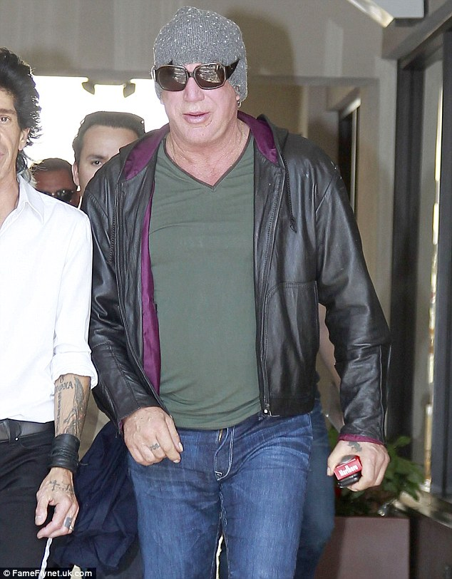 MICKEY ROURKE - Page 3 Articl10