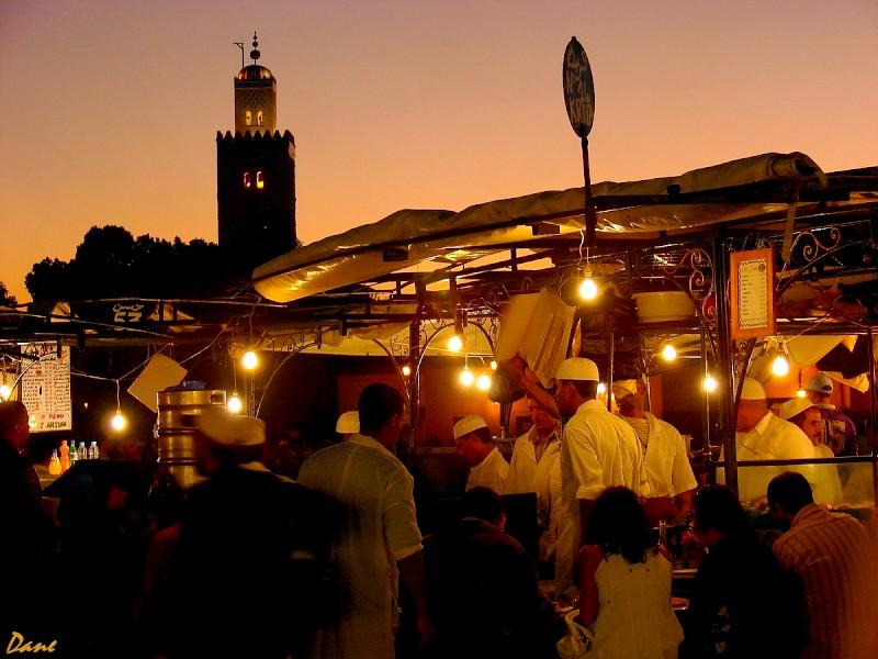 la place Djemaa el Fna le soir avec la Koutoubia Koutou10