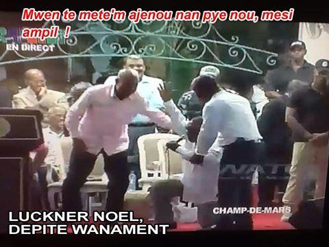 Un député s'agenouille devant le fantoche président Martelly  Depite10