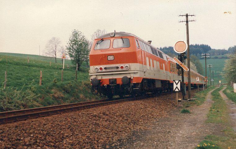 Die Diesellok der DB Baureihe 218 in CityBahn-Lackierung 421