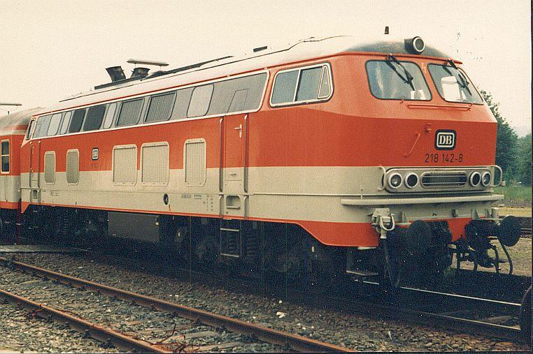 Die Diesellok der DB Baureihe 218 in CityBahn-Lackierung 612