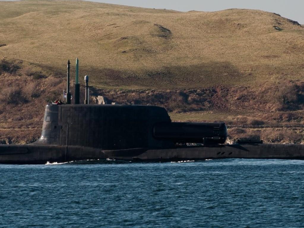 Sous-marin d'attaque HMS ASTUTE - Page 3 2013_010