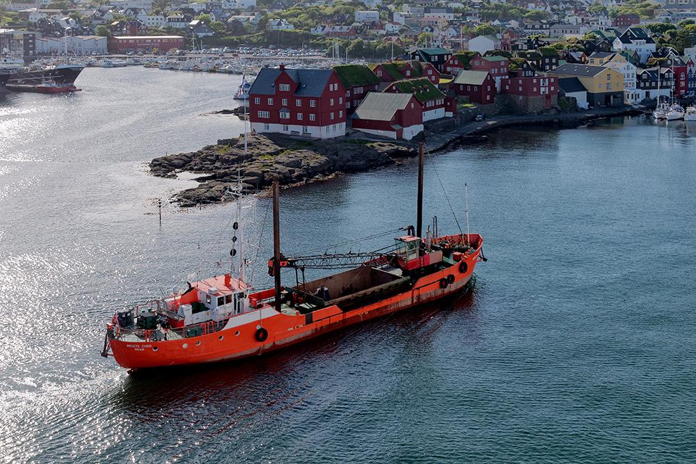 [Paysages] Torshavn, bateau orange P1020414