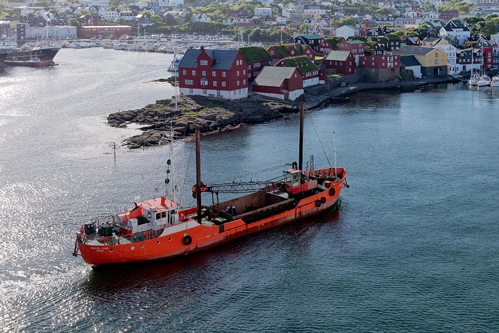 [Paysages] Torshavn, bateau orange P1020415