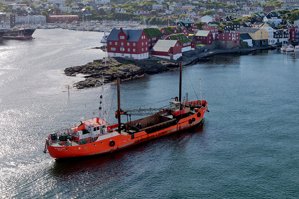 [Paysages] Torshavn, bateau orange P1020416