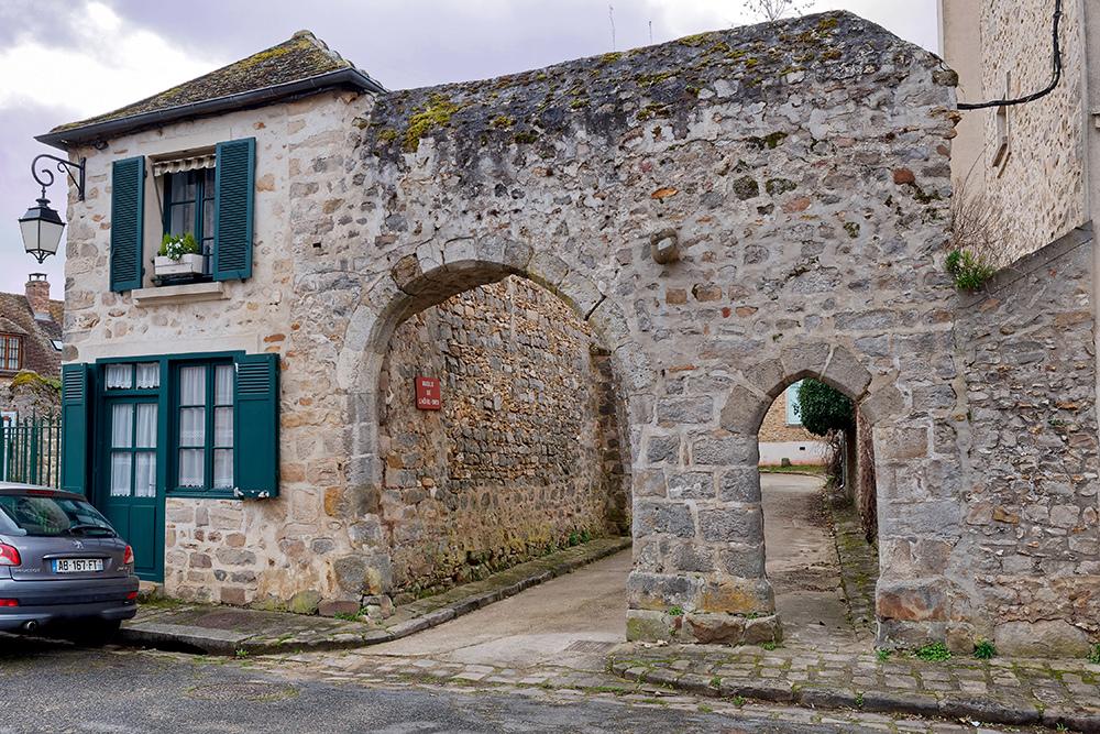 Saint Sulpice de Favières, porche et ruelle de l'hôtel Dieu P1100821