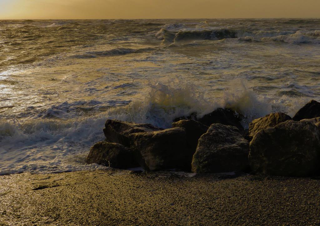 une petite vague contre les rochers  Vague10