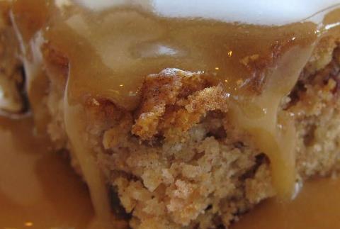 Gâteau aux pommes et sauce au sucre brun 53159415