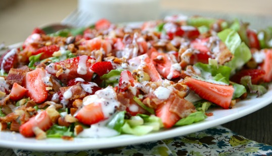 Salade aux fraises,bacon avec yogourt grec et graines de pavot 78489310