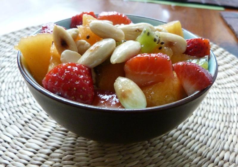 Salade de fruits d'été, amandes caramélisées au sirop d'érable 79129910