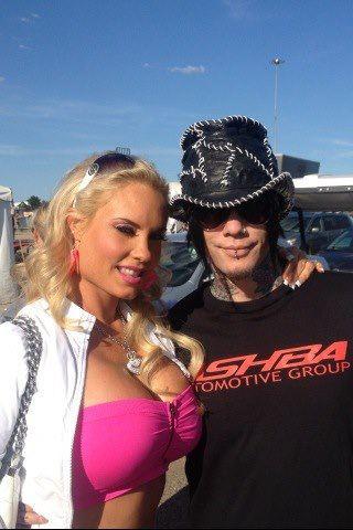DJ en photo avec des people 39083710