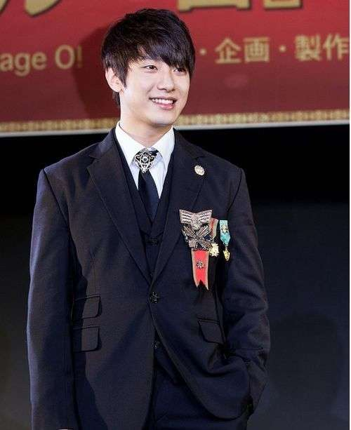[NEWS] 130606 F.T. Island's Minhwan makes his royal entrance at the press conference for musical remake of 'Goong' Ft-isl10