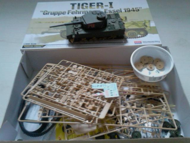 [academy] Schwerer-Flammpanzer auf Tiger I (Flammanlage auf Tiger I – 'Flammpanzer VI'') (what if) réf 13299 Dsc_6036