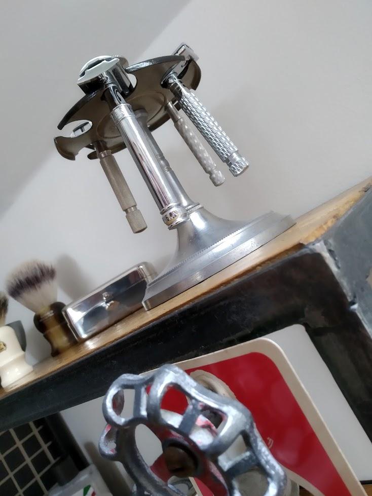Console / étagère produits de rasage Img_2019