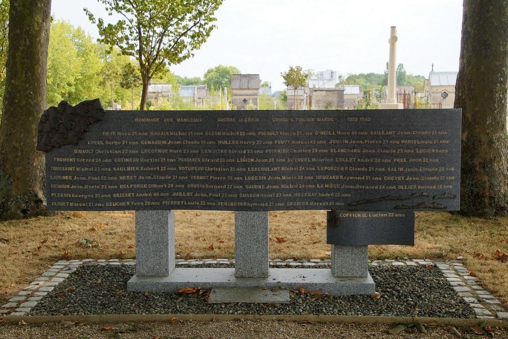 [ Histoires et histoire ] Monuments aux morts originaux Français Tome 2 - Page 17 Dsc04014