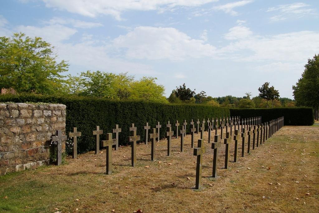 [ Histoires et histoire ] Monuments aux morts originaux Français Tome 2 - Page 17 Dsc04032