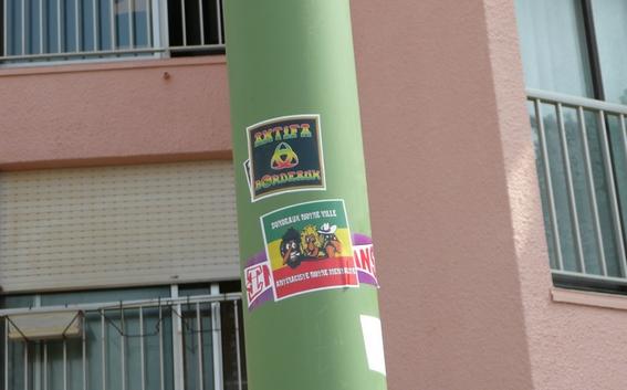"""Stickers """"Partout/Toujours"""" (Photos/débats) - Page 37 Sticka13"""