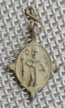 Petite médaille élément de chapelet - St-Augustin d'Hippone & Scène de la crucifixion - XVIIème Imgp8613