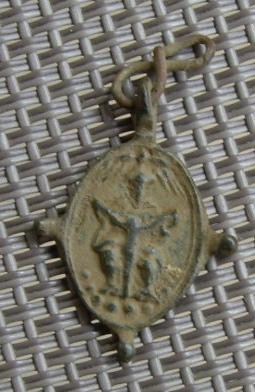 Petite médaille élément de chapelet - St-Augustin d'Hippone & Scène de la crucifixion - XVIIème Imgp8615