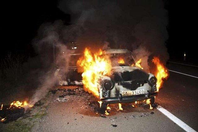 Aparatoso incendio de un Seat 600 en la N-620 en Ciudad Rodrigo Ee945210