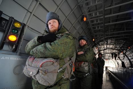 Russie : des prêtres parachutistes sautent à la suite de leurs ouailles Desant10