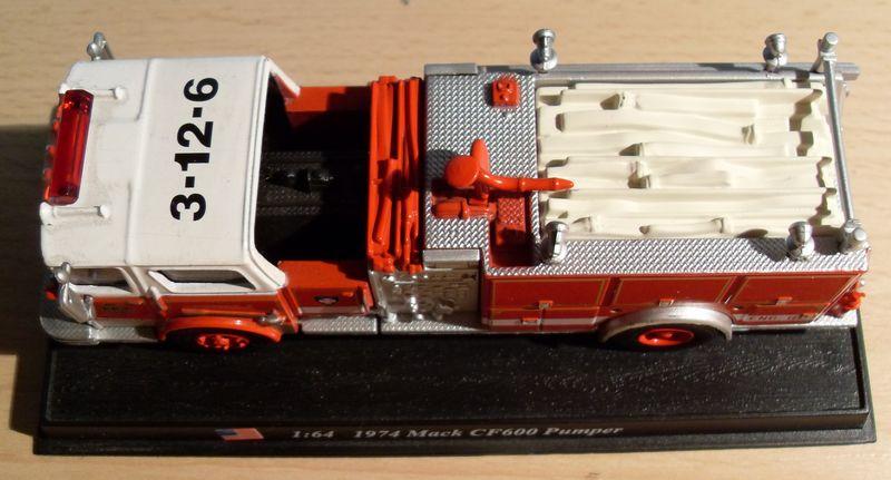 John - Meine BLAULICHTSAMMLUNG / Mack_CF600_Pumper 1974 M 1:64 Mack_c13