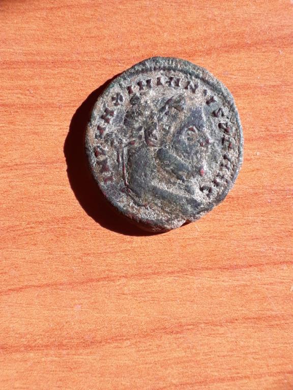 Nummus de Maximiano Hércules. SALVIS AVGG ET CAESS FEL KART. Cartago  estante a izq. Cartago. 20181014