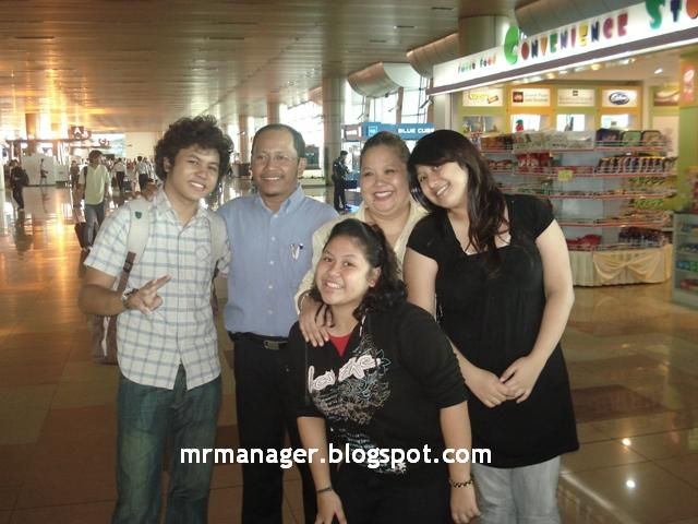 Hafiz & keluarganya di airport sebelum ke AF7 Dsc05510