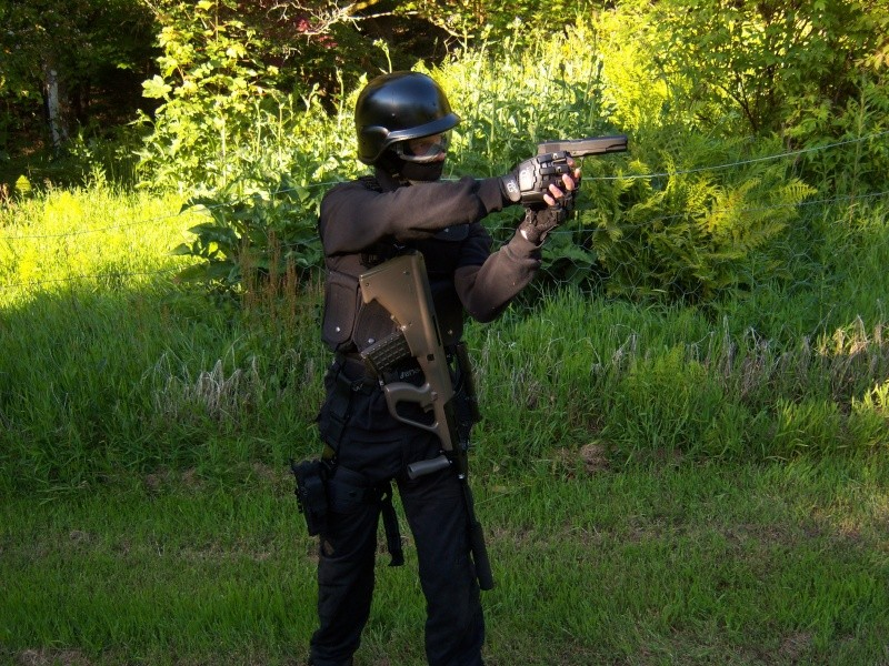 Meg og Espen i Swat/special force utstyr 100_0511