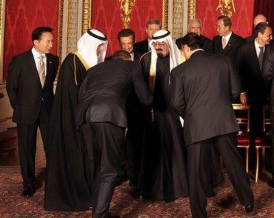 Le number one américain s'incline comme un serviteur Obama_10