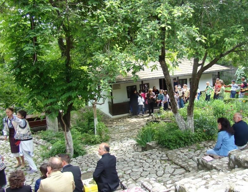 """""""Zâmbete în grădina copilăriei"""" - Lansare de carte si spectacol artistic, 01 iunie2013 Bojdeu19"""