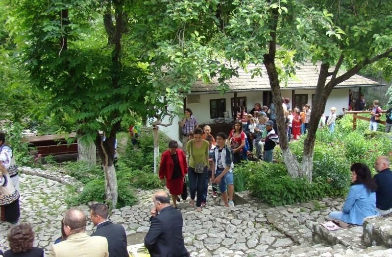 """""""Zâmbete în grădina copilăriei"""" - Lansare de carte si spectacol artistic, 01 iunie2013 Bojdeu20"""