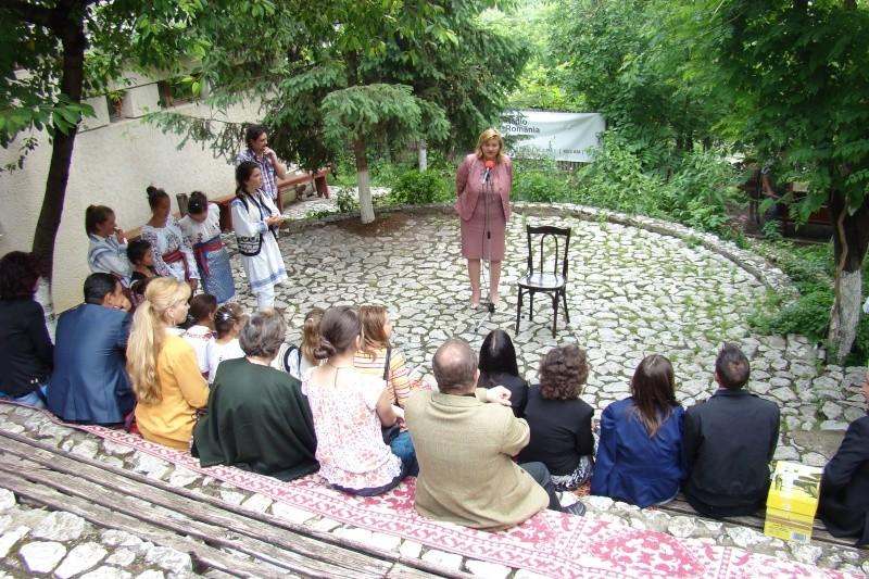 """""""Zâmbete în grădina copilăriei"""" - Lansare de carte si spectacol artistic, 01 iunie2013 Bojdeu26"""