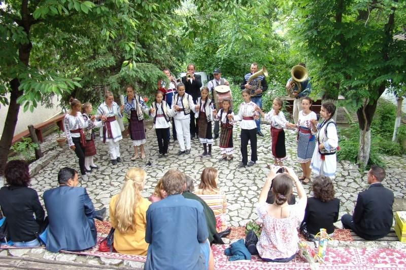 """""""Zâmbete în grădina copilăriei"""" - Lansare de carte si spectacol artistic, 01 iunie2013 Bojdeu28"""