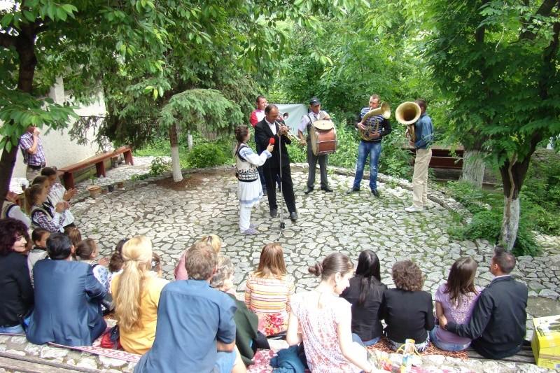 """""""Zâmbete în grădina copilăriei"""" - Lansare de carte si spectacol artistic, 01 iunie2013 Bojdeu29"""