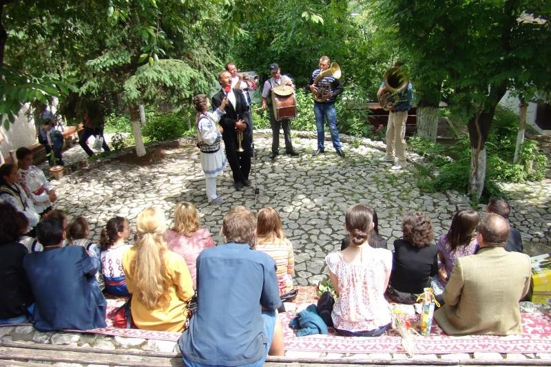 """""""Zâmbete în grădina copilăriei"""" - Lansare de carte si spectacol artistic, 01 iunie2013 Bojdeu30"""