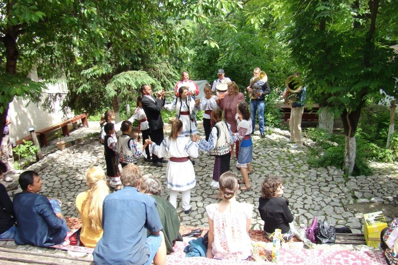 """""""Zâmbete în grădina copilăriei"""" - Lansare de carte si spectacol artistic, 01 iunie2013 Bojdeu31"""