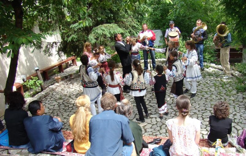 """""""Zâmbete în grădina copilăriei"""" - Lansare de carte si spectacol artistic, 01 iunie2013 Bojdeu32"""