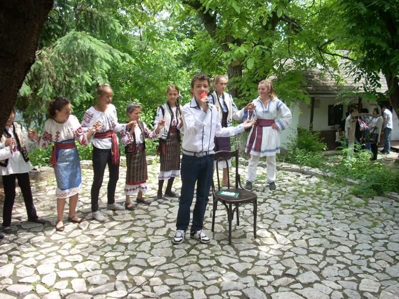 """""""Zâmbete în grădina copilăriei"""" - Lansare de carte si spectacol artistic, 01 iunie2013 Bojdeu38"""