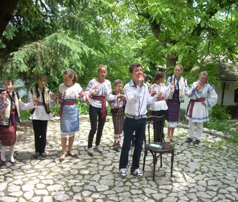 """""""Zâmbete în grădina copilăriei"""" - Lansare de carte si spectacol artistic, 01 iunie2013 Bojdeu39"""